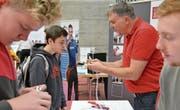 Hier können die Schülerinnen und Schüler gleich selber Hand anlegen und ein Kabel mit einem Stecker verbinden. (Bilder: Katharina Rutz)