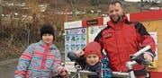 Peter Freund zeichnet sich als Präsident der IG Schlittelstrecke neu verantwortlich für die Velobörse. Unterstützt wird er von Vereinsmitgliedern sowie Simona und Daniel. (Bild: PD)