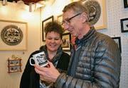 Skispringerlegende Walter Steiner bewundert ein Werk der Scherenschnittkünstlerin Marianne Schönenberger.