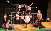 Die jungen Turnerinnen wissen das zahlreiche Publikum mit einer Show am Barren zu begeistern. (Bild: Peter Spirig)