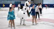 Olaf, der Schneemann, dreht seine Runden und winkt freundlich. (Bild: Andreas Taverner)