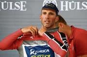 An der Tour de Suisse erhält Michael Albasini nach der dritten Etappe das Trikot für den besten Schweizer. (Bild: Gian Ehrenzeller/KEY (Bern, 12. Juni 2017))
