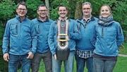 Bruno Bischof, Jakob Bischof, Hans Brauchli, Armin Kaufmann und Céline Spichtig (von links) posieren mit dem Wanderpreis. (Bild: PD)