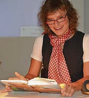 Daniela Schwegler liest aus ihrem Buch. (Bild: Monika Wick)