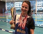 Saskia de Klerk mit Gesamtsieg-Pokal und fünf Goldmedaillen. (Bild: PD)