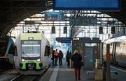 Der St. Galler Hauptbahnhof soll für die BLS die neue Endstation sein. (Bild: Bildmontage: Eveline Schenk, Bilder: Urs Jaudas, Gaëtan Bally/KEY)