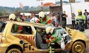 Nur eine Übung: Feuerwehrleute befreien mit hydraulischen Geräten einen eingeklemmten Verunfallten aus dem Autowrack. (Bilder: Hugo Berger)