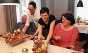 Stefan und Mary Peter tischen ihren Gästen Köstlichkeiten in Häppchenform auf. (Bild: Christine Luley)