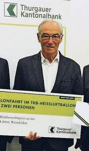 Max Rutz mit dem Siegercheck für die Ballonfahrt. (Bild: PD)