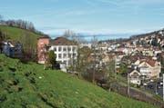 Das Bauland liegt zwischen der Bahnlinie und der Nieschbergstrasse. (Bild: Jesko Calderara)