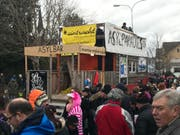 Die Hülsnerbuben Dietschwil zogen mit Wagen «Asylparadies Schweiz» durch Aadorf. (Bild: Andri Rostetter)