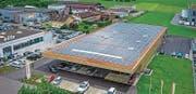 Auf dem Dach der Migros-Filiale in Zuzwil breitet sich eine Photovoltaikanlage über eine Fläche von rund 1800 Quadratmetern aus. (Bild: PD)