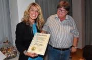 Silvia Frei mit der Urkunde für die Ehrenmitgliedschaft, überreicht durch FC-Präsident Jürg Consoni. (Bild: Fritz Heinze)