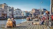 Ein Bild, das das Klischee bestätigt: In Holland sei alles entspannter, sagen viele Besucher. (Bild: Elena Eliachevitch/Getty (Amsterdam, 22. März 2015))