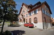 Die Gemeinde Egnach hätte gern längere Öffnungszeiten des Polizeipostens im Gemeindehaus in Neukirch. (Bild: Reto Martin)