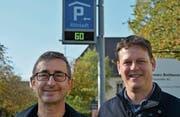 Beim Fototermin sind im Altstadt-Parkhaus 60 der 63 öffentlichen Parkplätze frei. Unter der Tafel stehen Michael Pöll, Präsident Grüne Frauenfeld, und Roman Fischer, neuer GP-Gemeinderat. (Bild: Mathias Frei)