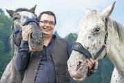 «Ihnen vertraue ich voll und ganz» – Andreas Barth mit seinen Pferden Pünktli (links) und Fortuna. (Bild: Coralie Wenger)