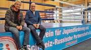 Der Chef des Sportamts, Peter Bär, und der Initiant des Sportclubs Bärenhöhle, Siegfried Sokolovskiy, auf dem Kampfring des Sportclubs. (Bild: Evi Biedermann)