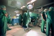 Das revidierte Transplantationsgesetz sieht vor, dass der Tod neu schon nach fünf statt nach zehn Minuten festgestellt werden darf. (Symbolbild) (Bild: GAETAN BALLY (KEYSTONE))