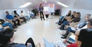 Esther Eigenmann unterrichtet eine Klasse im Bildungszentrum Bürglen. Die Teilnehmer der Coaching-Seminare kommen aus der ganzen Ostschweiz. (Bild: Mario Testa)