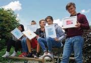 Aus Literatur mach Kunst: Fünf aus der Time-out-Klasse mit ihren Kunstwerken, die sie kommendes Wochenende im Schloss Frauenfeld ausstellen. (Bild: Dieter Langhart)