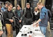 Die angehenden Konstrukteure erläutern ihre Lösungen. (Bild: PD)