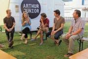 Im Dorfgespräch: Marc Hörler, Flurina Badel, Marcel Hörler (Arthur Junior), Jérémie Sarbach und Gemeinderat Peter Schrag (von links). (Bild: Martina Signer)