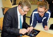 Auch Amtschef Beat Brüllmann lässt sich das Spiel erklären. (Bild: K. Peter)