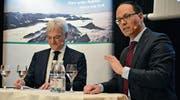 Peter Eisenhut (links), Inhaber der Ecopol AG, und Regierungsrat Marc Mächler diskutieren über Stärken und Schwächen der Region. (Bild: gia)