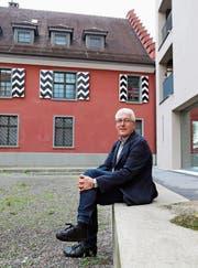 Hans Pfäffli inmitten des «Kronen»-Areals, Musterbeispiel der baulichen Verdichtung. (Bild: Jolanda Riedener)