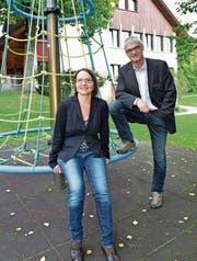 Schulleiterin Eva Noger und Primarschulpräsident Thomas Wieland vor der Schwärze. (Bild: Mario Testa)