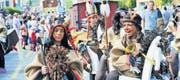Die Umzugsteilnehmer nahmen das Publikum mit auf eine Reise rund um die Welt. Da gehören auch buntbemalte Indianer mit Tomahawk, Federschmuck und Pferd dazu. (Bilder: Donato Caspari)