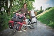 Der Nomade Andreas Knorr und sein Hund Checko können sich bei ihrem Halt am Gübsensee in St. Gallen wieder einmal waschen. (Bild: Samuel Schalch)
