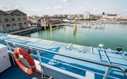 Blick auf den Hafen mit Massivlagerhaus, Fähranlegestelle, ehemaliger Transitpost und Steganlage. (Bild: Reto Martin (Romanshorn, 8. September 2017))