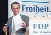 Von seiner Partei bekam Ignaz Cassis gestern einen freisinnigen Schmiedehammer in Engelberg geschenkt. (Bild: Alexandra Wey/Keystone)