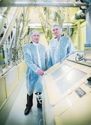 Unipektin-CEO Ulrich Zuber und sein Stellvertreter Guido Schär in der Fabrikation. (Bild: Andrea Stalder)