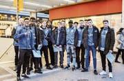 Die A-Junioren des FC Weinfelden-Bürglen sammeln Unterschriften gegen den negativen Asylentscheid ihres Teamkollegen Yaya Baldeh (Sechster von rechts). (Bild: Isabella Gómez)