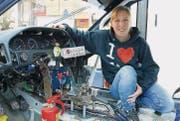 Corinne Pflug nimmt ihr Rennauto, einen Toyota Corolla AE92, selbst auseinander. (Bild: Hanspeter Ryser)