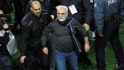 Iwan Savvidis (rechts) betrat den Platz mit einer Waffe. (Bild: EPA)