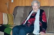 30 Jahre lang hielt sich die 100-jährige Grabserin Katharina Guntli mit Seniorenturnen fit. Die Wirkung hält bis heute an: Absitzen und aufstehen meistert sie ohne Hilfe. (Bild: Alexandra Gächter)