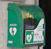 Defibrillator beim Eingang der Gemeindeverwaltung Erlen. (Bild: hab)