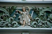 Justitia an einer Fassade in der Spisergasse St.Gallen: Wer unter dem Existenzminimum lebe, hat Anspruch auf unentgeltliche Rechtspflege.Der Mittelstand kann es sich hingegen kaum noch leisten, den Zivilrichter anzurufen. (Bild: Donato Caspari/Archiv)