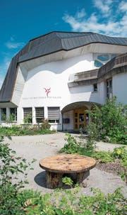 Die Liegenschaft der Rudolf-Steiner-Schule St. Gallen hat einen Wert von über 16 Millionen Franken und kommt gemäss anthroposophischen Grundsätzen fast ohne rechte Winkel aus. (Bild: Benjamin Manser (2. Juni 2017))