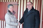 In winterlicher Montur: Stadtpräsident Markus Birk begrüsst die neue Bademeisterin Martina Roost. (Bild: PD)