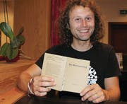 In Buchs liest André Götte aus seinem Büchlein «Der Weltenbummler». (Bild: Angela Ammann)