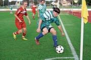 Beim Spiel vor drei Jahren: Gemeinderat Andreas Elliker im Kampf mit dem Fussball. (Bild: Nana do Carmo)