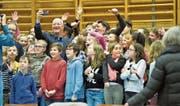 Claude Nicollier knipst ein Selfie mit Kreuzlinger Schülern. (Bild: Donato Caspari)