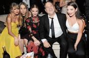 Filmproduzent Harvey Weinstein lässt sich bei einer Golden-Globes-After-Party 2015 mit den Musikerinnen Taylor Swift und Este Haim, der Schauspielerin Jaime King und Musikerin Lorde (von links) fotografieren. (Bild: Angela Weiss/Getty (Beverly Hills, 11. Januar 2015))