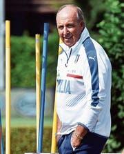 Italiens Nationaltrainer Gian Piero Ventura beobachtet die Spieler im Training. (Bild: Maurizio Degl Innocenti/EPA)