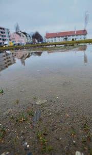 Pfützen auf dem Güterschuppenareal: Noch ist nicht klar, wie das Gelände genutzt werden soll. (Bild: Markus Schoch)